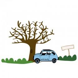 Árbol con coche azul